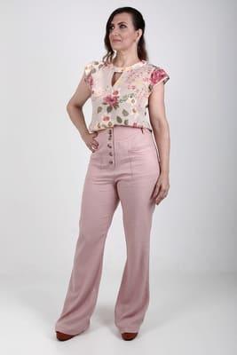 modelo de frente  usando blusa feminina floral manga curta com calça pantalona linho cintura alta
