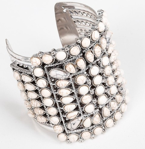 Bracelete de metal cravejado de contas